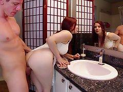 Мужик трахает в ванной жену своего босса