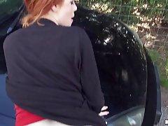 Рыжая девушка дала своему другу в лесу