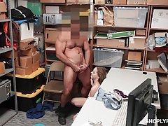 Накаченный охранник трахнул студентку в подсобке...