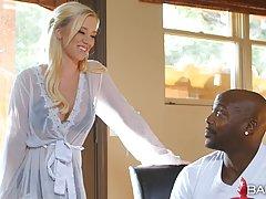 Негр посадил на член сексуальную блондинку