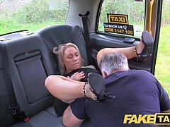 Таксист развёл блондинку с большими сиськами на секс