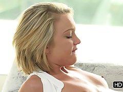Молодая блондинка нежно трахается с любимым парнем