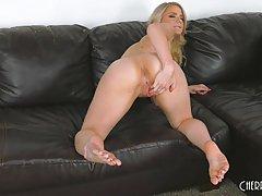 Озабоченная блондинка мастурбирует пизду на камеру