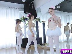 Милые балерины решили отсосать член тренера...