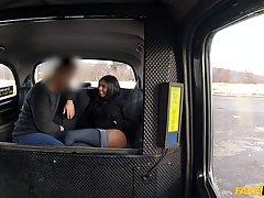 Грудастая сучка дала таксисту прямо в машине