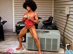 Накаченная женщина с большими дойками трахает себя секс игрушкой