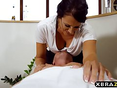 Грудастая женщина после массажа вылизала пизду клиентке