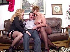 Парнишка трахает двух зрелых женщин у себя дома...