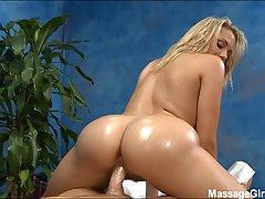 Шикарная блондинка во время массажа залезла на член клиента...