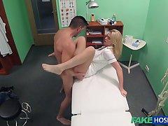 Доктор трахнул сексуальную блондинку у себя в кабинете