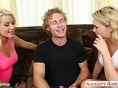 Сексуальные блондинки соблазнили парня и дали ему
