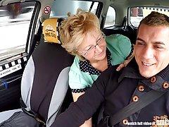Чешская зрелая блондинка трахается в машине и наслаждается...