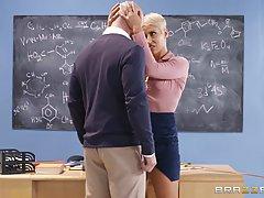 Озабоченная училка соблазнила лысого студента на секс