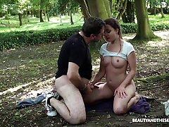 Мужик трахнул милую девушку в парке...