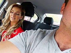 Молодая подружка отсасывает парню в машине