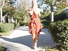 Женщина с большими сиськами решила подрочить пизду во дворе