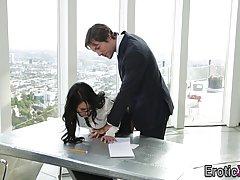 Босс страстно трахнул свою сотрудницу в офисе...