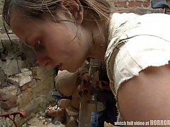 Жесткое порно с бомжихой в заброшенном доме