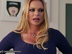 Грудастая блондинка поймала двох горячих лесбиянок занимаювшихся любовью и решили присоединиться к ним