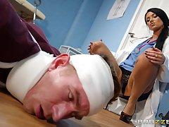 Грудастая медсестра удовлетворила больного в кабинете...