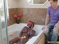 Русский парень трахает шикарную мулатку в ванной...