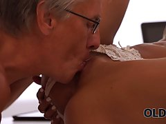 Зрелый дед трахает нежно молодую девушку в киску...