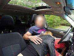 Таксист развёл милую клиентку на быстрый минет прямо в машин...