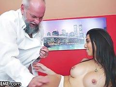 Зрелый мужик вылизал промежность грудастой брюнетки и вставил в нее член