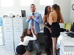 Сексуальные девушки трахаются в офисе на полу со своим коллегой