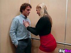 Грудастая блондинка в лифте волосатой щелью трахает кучерявого парня