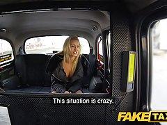Таксист выебал незнакомую блондинку в машине...