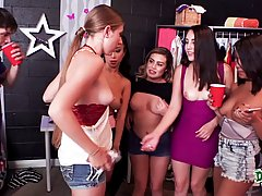 Девушки с большими сиськами по двое сосут пенис парня в раздевалке колледжа