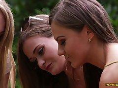 Парень трахает  в рот возлюбленную и еще двух молодых красот...