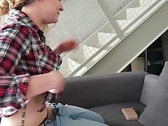 Похотливая брюнетка показала жопу в стрингах по вебкамере