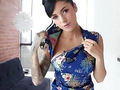Татуированная азиатка с татухами на теле трахает себя длинны...