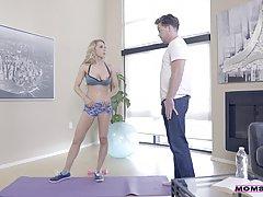 Спортсмен пристает к грудастой телочке и вылизывает ее выбри...