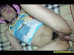Красивая азиатка с волосатой щелью получает в дырку секс игр...