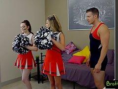 Тренер трахает соблазнительных моделей в униформе между ног...