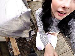Беременная брюнетка сосет член и трахается с незнакомцем от первого лица