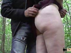 Два друга имеют в задницу сексуальную блондинку днем в лесу...