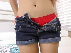 Молоденькая азиатка широко раздвигает ноги и течет от вагинального порева