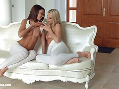 Две молоденькие лесбиянки на диване в позе 69 лижут друг другу киски