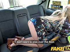 Водитель такси в машине сношает грудастую зрелую блондинку...