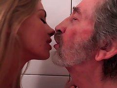 Дед вылизал сиськи молодой блондинки и трахнул ее щелочку чл...