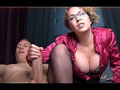 Жена в очках на веб камеру демонстрирует сиськи и дрочит чле...