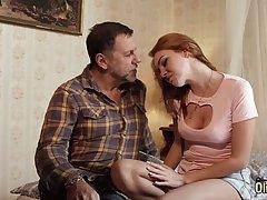 Рыжая молодуха ублажает своим телом старика и трахается с ним в спальне