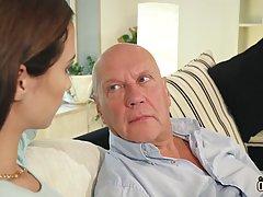 Две горячие брюнетки развлекаются со зрелым мужчиной в большой гостиной