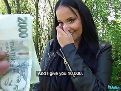 Большегрудая брюнетка хочет потрахаться за деньги в обществе...