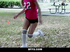 Спортивные девушки в униформе подставляют свои влагалища под...