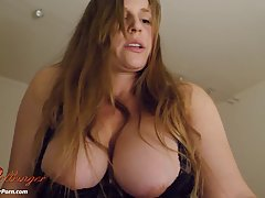 Домохозяйка с огромными сиськами раскрывает свое тело перед веб-камерой